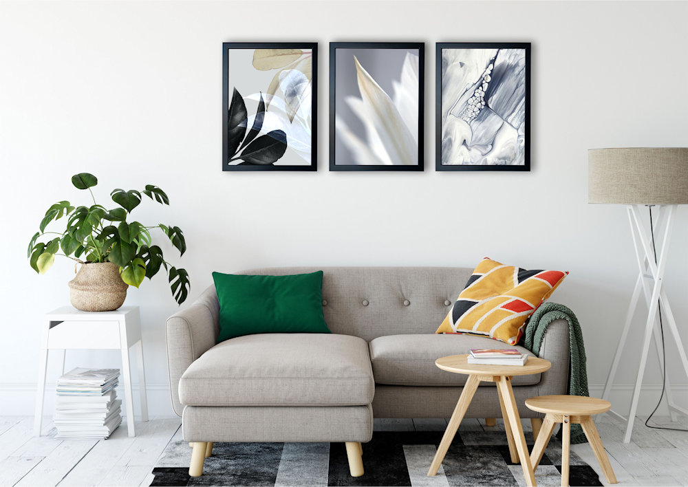 Biały kwiat nad stylową kanapą