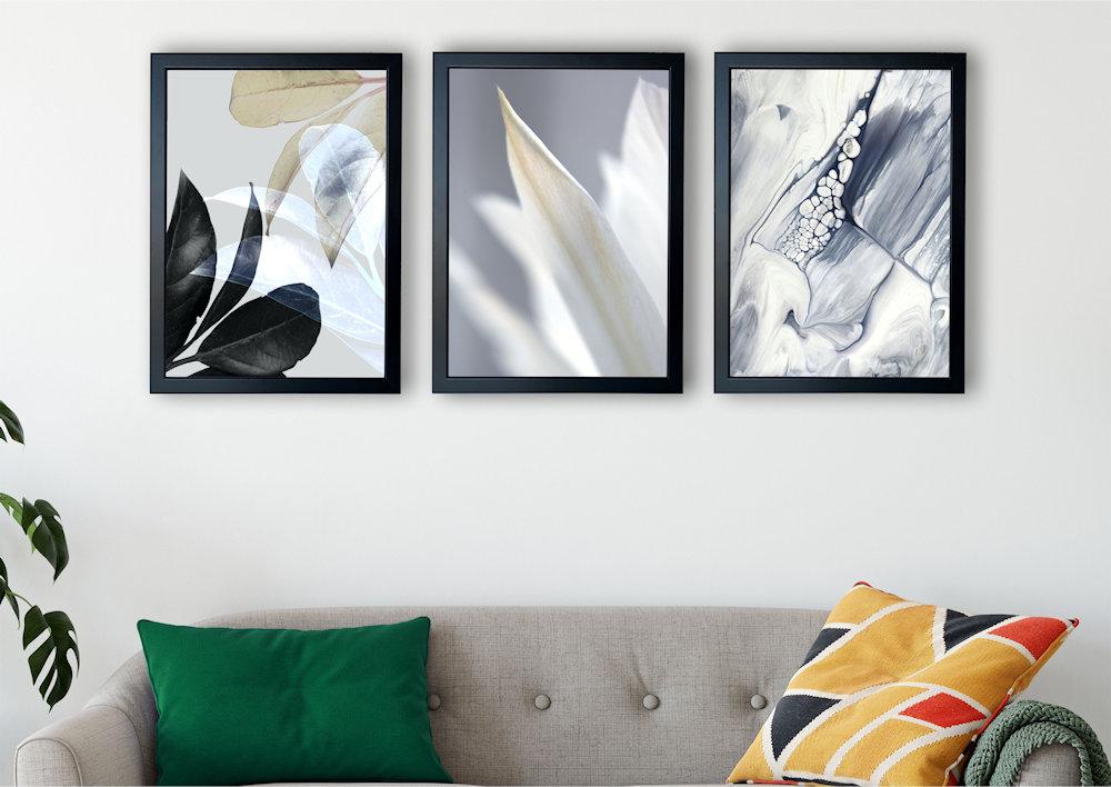 biały kwiat nad stylową kanapą pod kątem