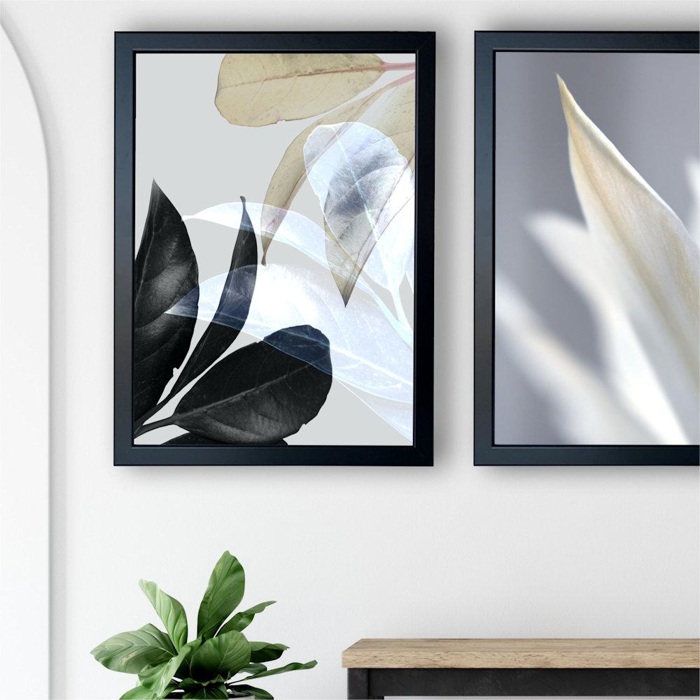 Obraz biały kwiat nad stolikiem zbliżenie