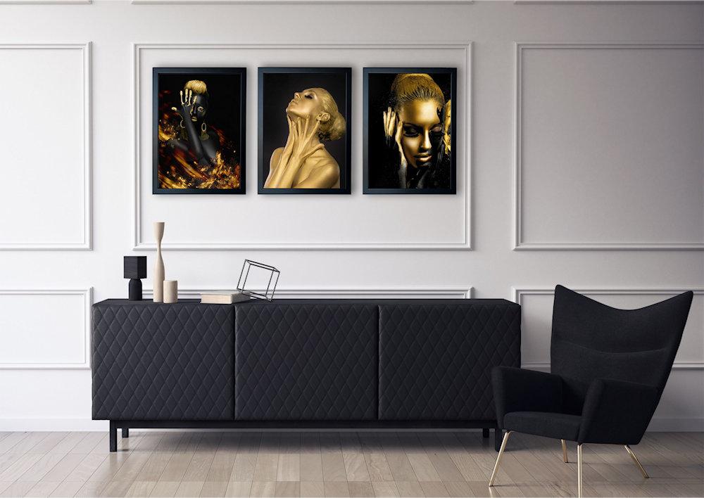 złote kobiety nad stylową kanapą pod kątem