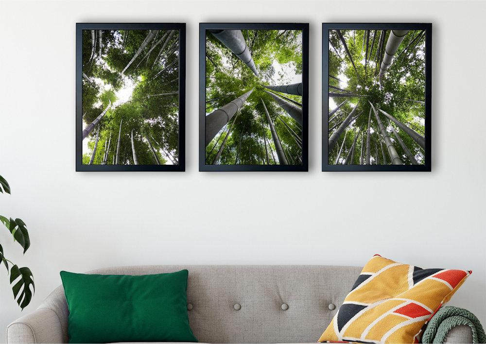 las bambusowy nad stylową kanapą pod kątem