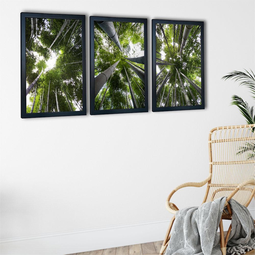 Obraz las bambusowy na białej ścianie zbliżenie