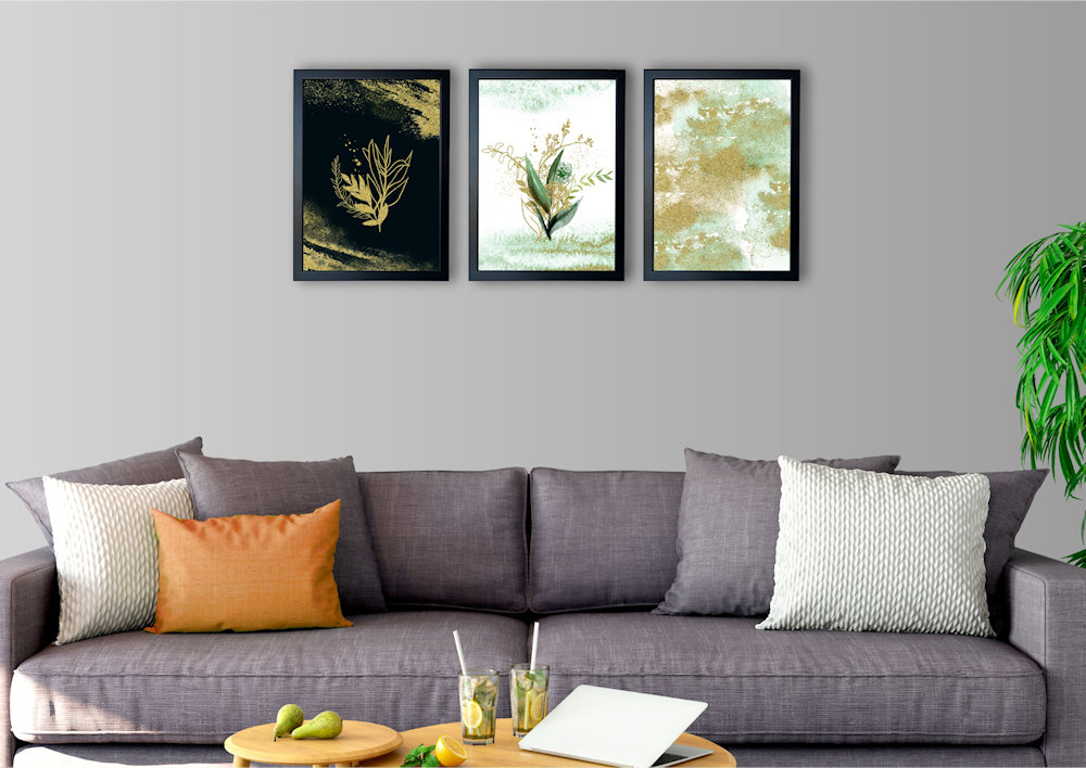 Obrazy rośliny i złoty piasek nad kanapą