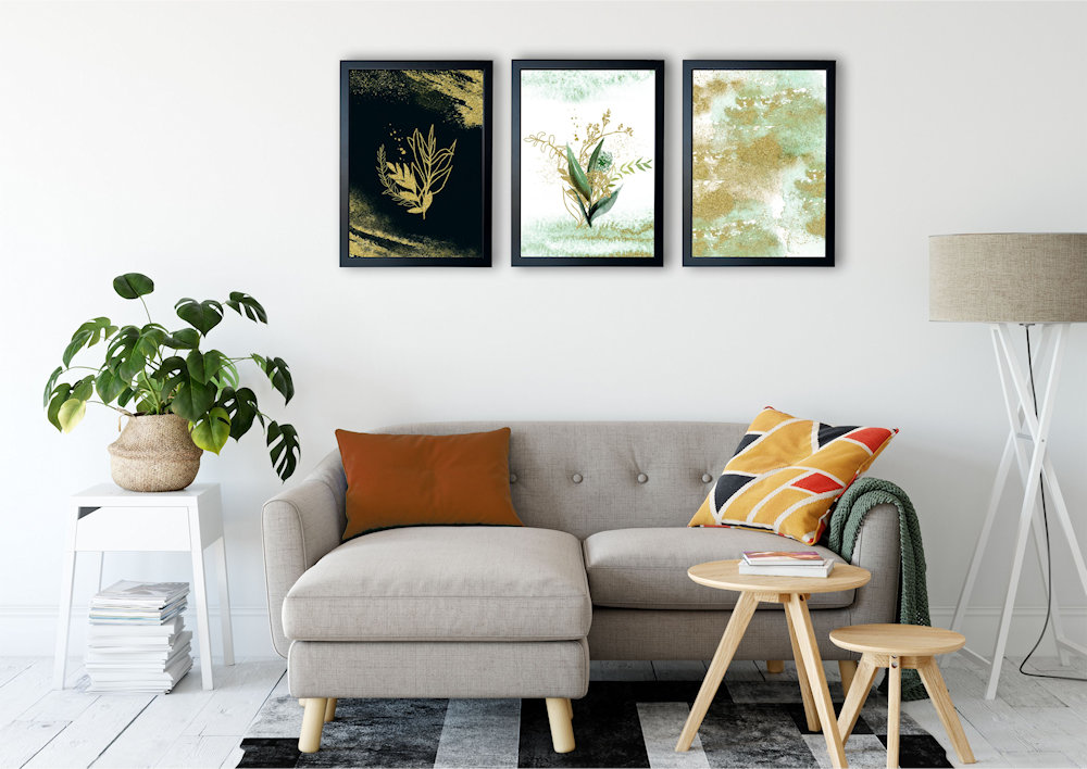 rośliny i złoty piasek nad stylową kanapą