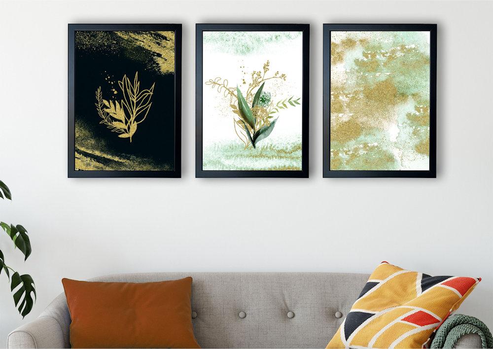 rośliny i złoty piasek nad stylową kanapą pod kątem