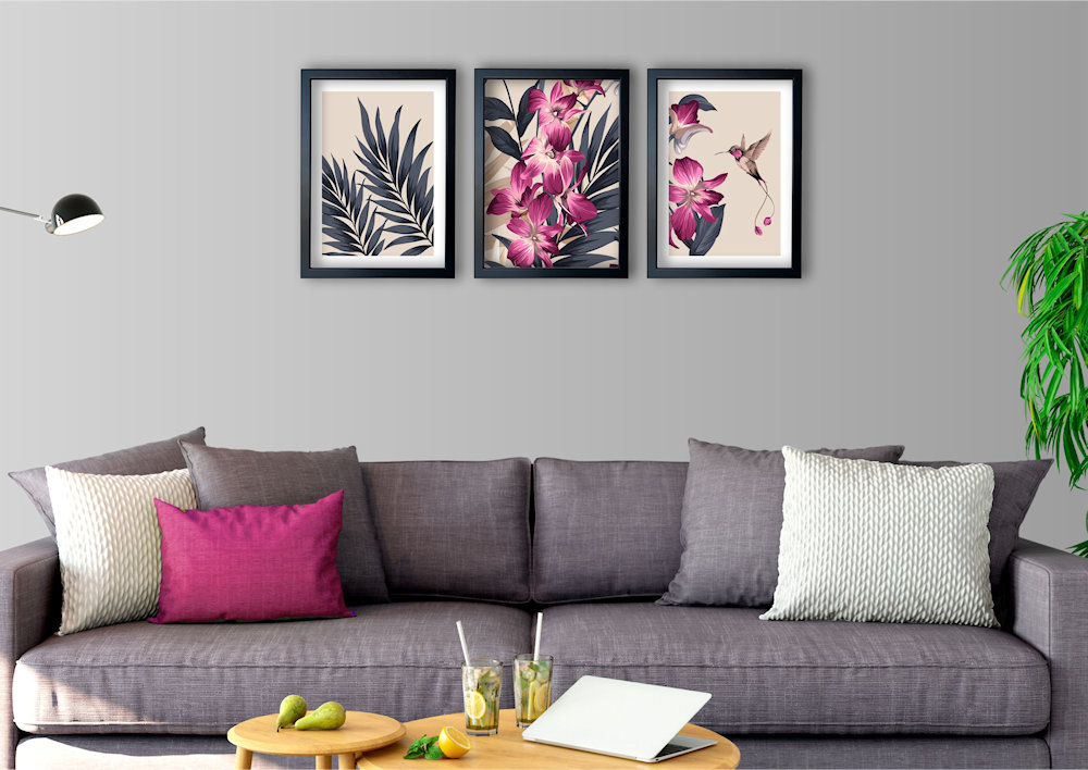 różowa orchidea nad kanapą