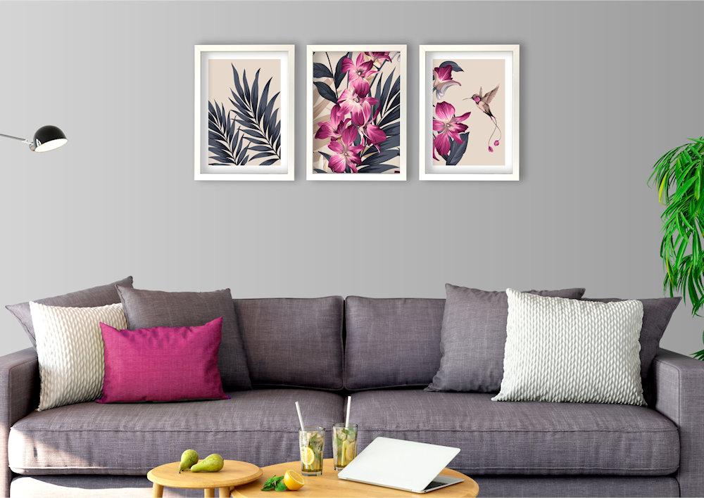 różowa orchidea nad stylową kanapą
