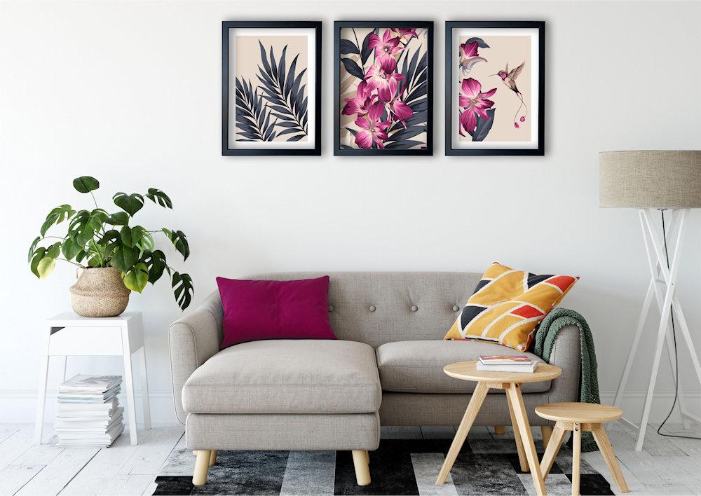 różowa orchidea nad stylową kanapą zbliżenie