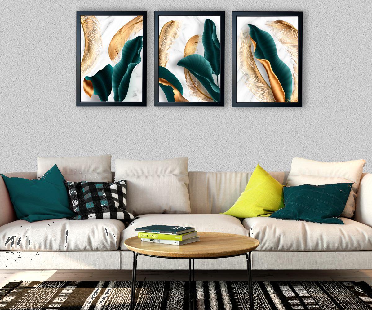turkusowe liście nad stylową kanapą pod kątem