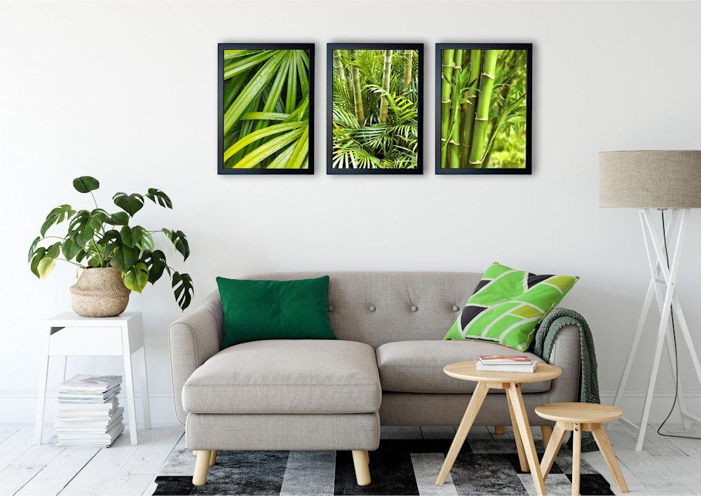 zielone bambusy nad stylową kanapą pod kątem