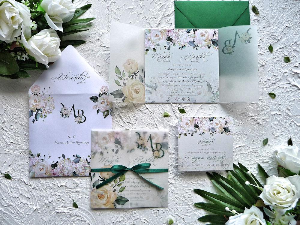 Zaproszenia ślubne z kalką kremowe róże ujęcie z góry
