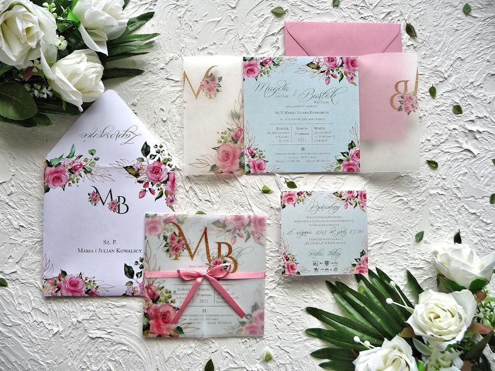 Zaproszenia ślubne z kalką różowe róże ujęcie z góry